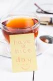 Ładnego dzień z uśmiechem i filiżanki herbatą Zdjęcie Royalty Free
