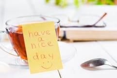 Ładnego dzień z uśmiechem i filiżanki herbatą Obraz Royalty Free