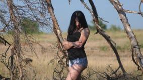 Ładnego dziewczyny brunetki portreta warg wielki wiatr rozwija włosianego portret lasowa zmierzch sylwetka w czerwieni sukni woln zdjęcie wideo