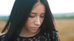Ładnego dziewczyny brunetki portreta warg wielki wiatr rozwija włosianego portreta zwolnionego tempa wideo brunetki kobiety dziew zbiory wideo