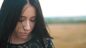 Ładnego dziewczyny brunetki portreta warg wielki wiatr rozwija włosianego portreta zwolnionego tempa wideo brunetki kobiety dziew zdjęcie wideo