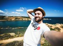 Ładnego młodego brodatego mężczyzna wp8lywy turystyczna podróż Zdjęcia Stock