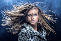 Ładnego młodej kobiety ciskania długi blondynki włosy Zdjęcia Royalty Free