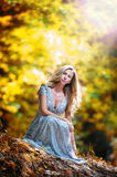 Ładnej blondynki czarodziejska dama z biel suknią Zdjęcia Stock