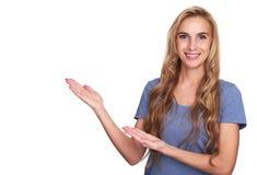 Ładnej blondynki kobiety toothy ono uśmiecha się, wskazywać i obrazy stock