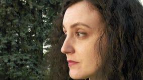 Ładnej brunetki dziewczyny długie włosy portret outdoors zdjęcie wideo
