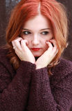 Ładnej czerwieni głowiasta dziewczyna Zdjęcie Stock