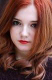 Ładnej czerwieni głowiasta dziewczyna Zdjęcie Royalty Free
