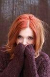 Ładnej czerwieni głowiasta dziewczyna Zdjęcia Royalty Free