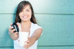 Ładnej damy uśmiechniętej ofiary świeża kawa Zdjęcia Royalty Free