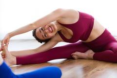Ładnej młodej kobiety ćwiczy joga w domu Fotografia Royalty Free