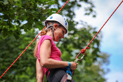 Ładnej młodej kobiety ćwiczy wspinać się na naturalnych skałach wydaje w ten sposób jej aktywnego czas wolnego Fotografia Royalty Free
