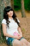 Ładnej młodej kobiety holdiing telefon komórkowy Fotografia Royalty Free