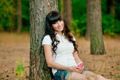 Ładnej młodej kobiety holdiing telefon komórkowy i uśmiech Zdjęcie Royalty Free