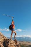 Ładnej młodej kobiety turystyczna pozycja na górze moun Zdjęcia Royalty Free