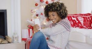 Ładnej młodej kobiety wideo gawędzenie na jej smartphone Fotografia Royalty Free
