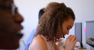 Ładnej rasy klienta sprzedaży żeńscy kierownictwa opowiada na słuchawki w nowożytnym biurze 4k zbiory wideo