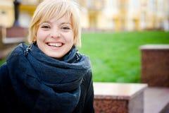 Ładni dziewczyna uśmiechy zdjęcie royalty free