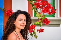 ŁADNI dziewczyny WHIT rewolucjonistki kwiaty zdjęcie royalty free