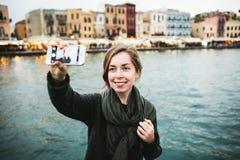 Ładni młodzi żeńscy turystyczni wp8lywy podróżują selfie wewnątrz Zdjęcie Royalty Free