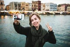Ładni młodzi żeńscy turystyczni wp8lywy podróżują selfie wewnątrz Obraz Royalty Free