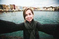 Ładni młodzi żeńscy turystyczni wp8lywy podróżują selfie wewnątrz Zdjęcia Royalty Free