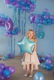 Ładni mała dziewczynka stojaki z balonami (gwiazda) Zdjęcie Stock