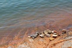 Ładni otoczaki blisko błękitnego jeziora Fotografia Royalty Free