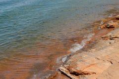 Ładni otoczaki blisko błękitnego jeziora Zdjęcie Royalty Free
