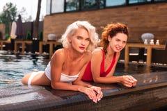 Ładni piękni modele jest w pływackim basenie obraz royalty free