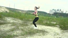 Ładni potomstwa bawją się dziewczyny w jednolity ćwiczy skakać zbiory