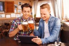 Ładni przyjaciele pije piwo zdjęcia royalty free