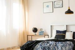 Ładny łóżko w studiu zdjęcia stock