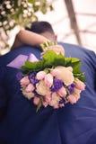 Ładny ślubny bukiet w panny młodej ` s ręce Obrazy Stock