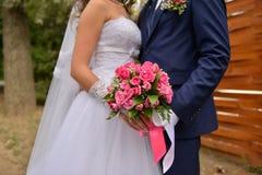 Ładny ślubny bukiet w panny młodej ` s ręce Fotografia Royalty Free