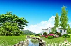 ładny śródpolny zielony dom Fotografia Stock
