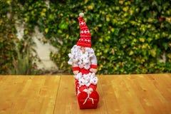 Ładny Święty Mikołaj na drewnianym stole Obrazy Royalty Free