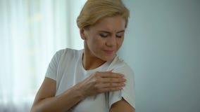 Ładny żeński czuciowy mięśnia ból w ramieniu, masowanie bolesna część ciała zdjęcie wideo