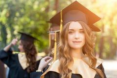 Ładny żeński szkoła wyższa absolwent przy skalowaniem Zdjęcie Royalty Free