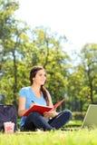 Ładny żeński writing w notatniku outdoors Zdjęcie Stock