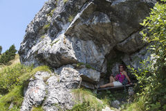 Ładny żeński wycieczkowicz odpoczywa w skały schronieniu zdjęcia royalty free