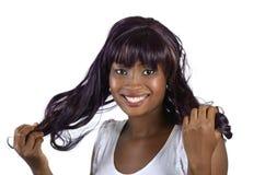 Ładny afrykański dziewczyny mienia włosy fotografia royalty free