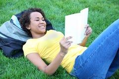 ładny Amerykanin afrykańskiego pochodzenia czytanie Fotografia Royalty Free