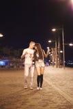 Ładny angażujący przypadkowy pary odprowadzenie przy ulicami przy nighttime Fotografia Royalty Free