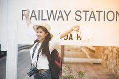 Ładny Azjatycki żeński podróżnik radosny i czekanie pociąg Obraz Royalty Free
