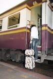 Ładny Azjatycki kobieta podróżnika spacer i pozycja na pociągu Zdjęcie Stock