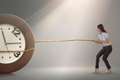 Ładny azjatykci bizneswoman ciągnie zegar z arkaną Zdjęcie Royalty Free