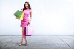 Ładny azjatykci kobiety mienia torba na zakupy stać Obrazy Stock