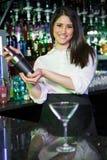 Ładny barman miesza koktajlu napój w koktajlu potrząsaczu Obraz Stock