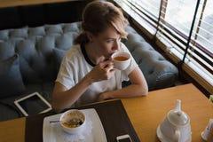 Ładny biznesowej kobiety lunch w nowożytnej kawiarni podczas jej pracy przerwy Zdjęcia Stock